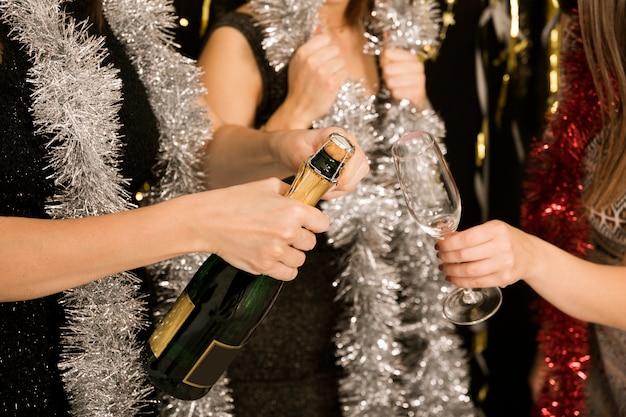 Gros plan de filles avec du champagne à la fête du nouvel an