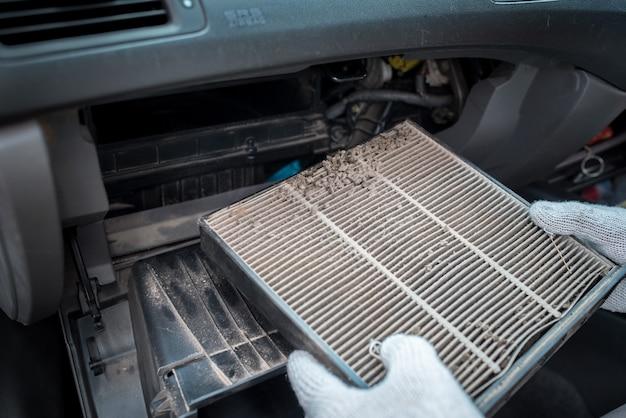 Gros plan d'un filtre à air conditionné ar dans la cabine de la voiture