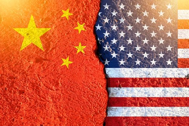 Gros plan fissure du drapeau américain et du drapeau chinois