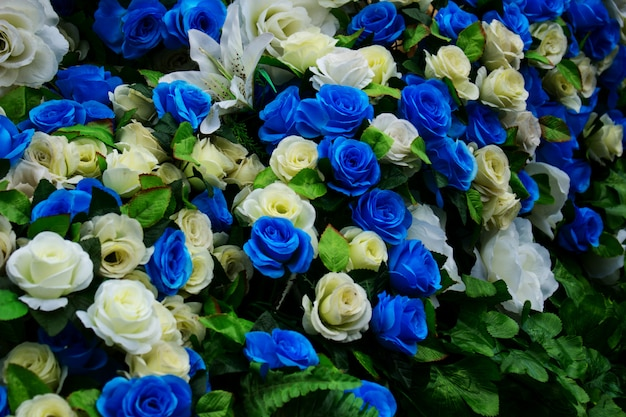 Gros plan d'une fleur artificielle bleue et blanche