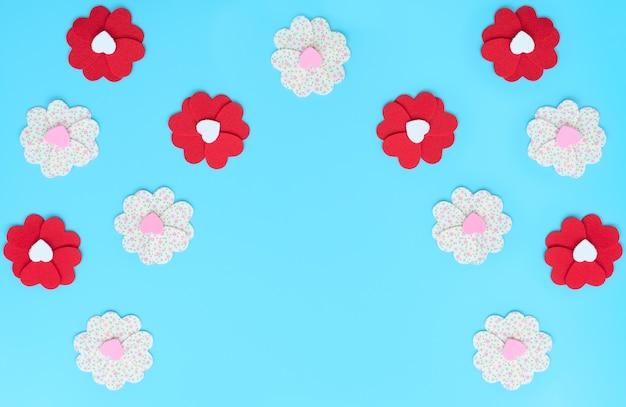 Gros plan sur des fleurs faites de coeurs en feutre