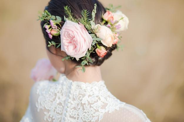 Gros plan de fleurs sur la tête de la mariée