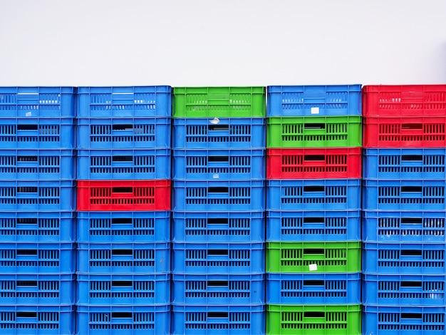 Gros plan sur fond de mur paniers en plastique paniers colorés.