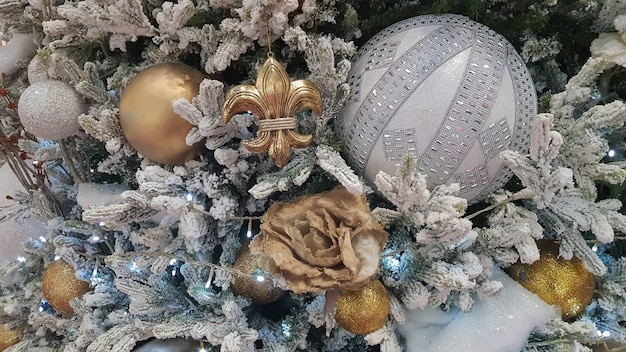 Gros plan sur un fond de noël. fête. arbre de noël avec jouets et neige décorative pour une bonne année. décorations de noël, ambiance du nouvel an. belle carte postale moderne.