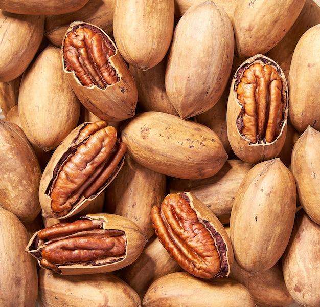 Gros plan de fond de noix de pécan. vue de dessus. noix de pécan savoureuse comme fond, comme texture de noix de pécan lay plat.