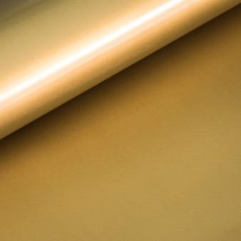Gros plan de fond de papier frisé d'or.