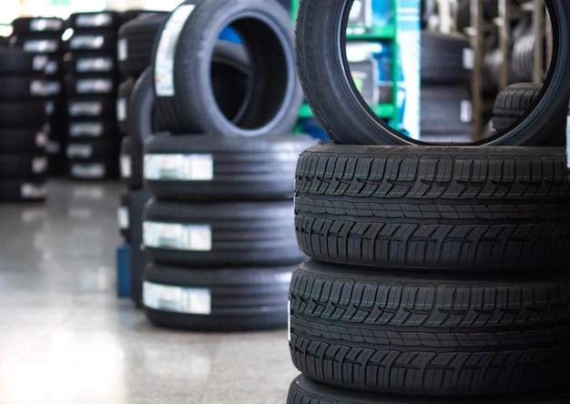 Gros plan sur le fond des pneus et des roues