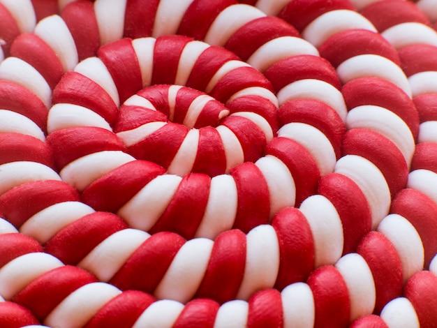 Gros plan de fond de sucette spirale blanche et rouge. fond en spirale.