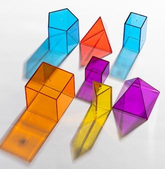Gros plan de formes géométriques translucides colorées