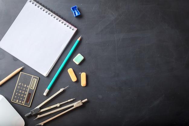 Gros plan des fournitures scolaires