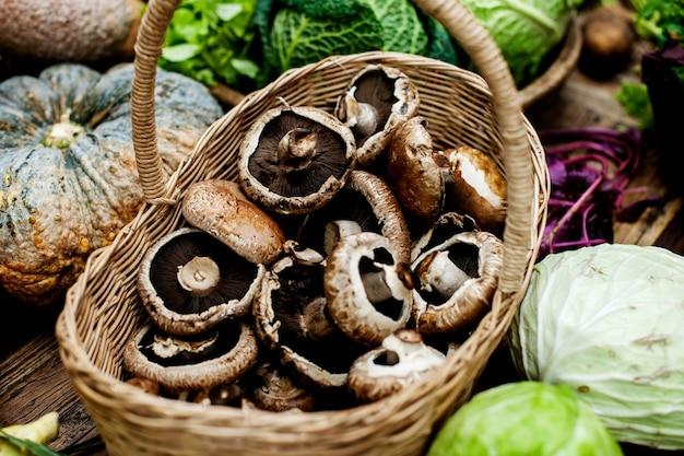 Gros plan de frais bouquet de champignons portobello dans un panier en bois