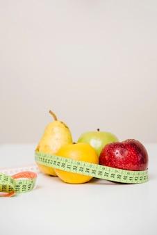 Gros plan, de, frais, fruits, à, mètre ruban, sur, table