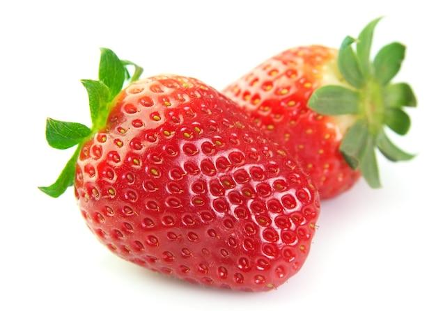 Gros plan de fraises sur fond blanc