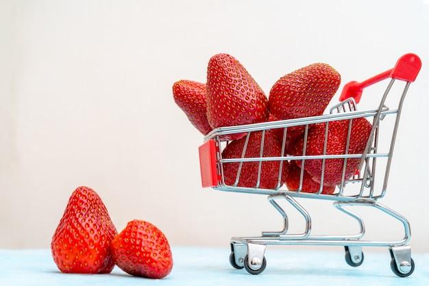 Gros plan de fraises mûres, fraîches et rouges.