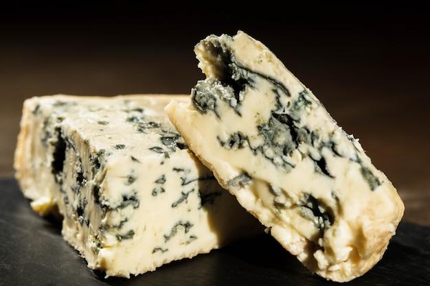 Gros plan de fromage bleu coupé