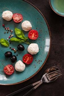 Gros plan, fromage, boule mozzarella blanc, huile d'olive, tomates cerises rouges