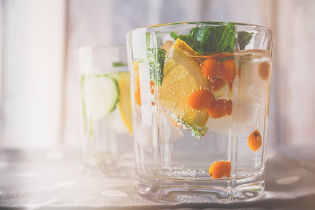 Gros plan frontal d'un cocktail végétarien à base d'argousier, de citron et de menthe nettoyant le corps