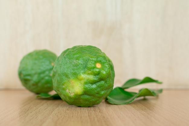 Gros plan de fruits de la bergamote sur fond de bois, (kaffir citron vert)