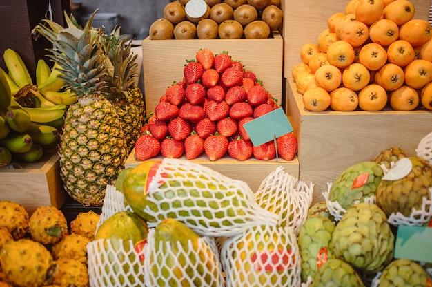 Gros plan de fruits sur le comptoir