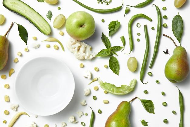 Gros plan de fruits et légumes verts isolés sur blanc. une alimentation saine pour les végétaliens