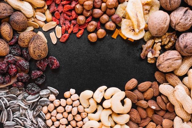 Gros plan de fruits et noix mélangés