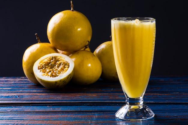 Gros plan sur les fruits de la passion délicieux et mûrs avec du jus