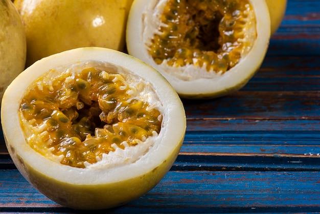 Gros plan sur les fruits de la passion délicieux et mûrs