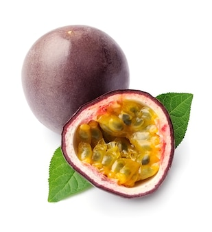 Gros plan de fruits de la passion sur fond blanc. fruits de maracuja.
