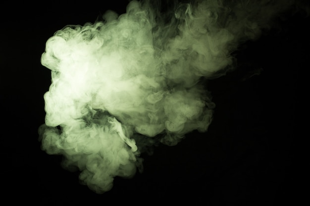 Gros plan de fumée colorée sur fond noir.