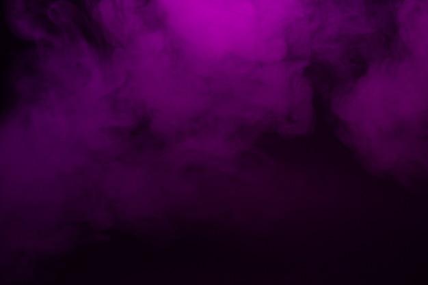 Gros plan de fumée colorée sur fond noir