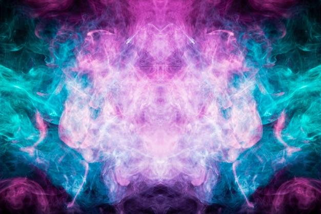 Gros plan de fumée de vapeur colorée dans des formes mystiques et fabuleuses sur fond noir.