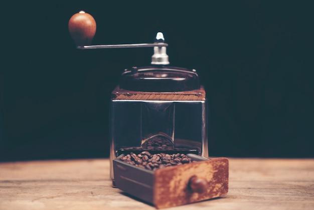 Gros plan des gadgets de brassage de café sur le comptoir de bar en bois.