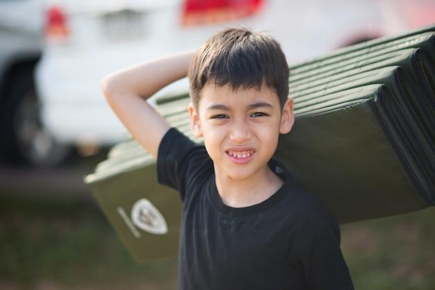 Gros plan d'un garçon heureux souriant