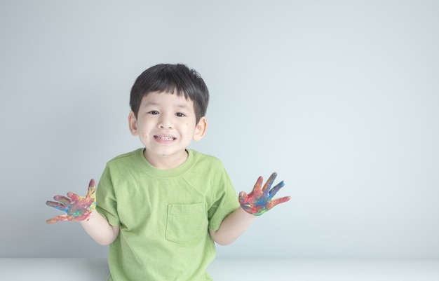 Gros plan d'un garçon peinture sur place avec copie espace