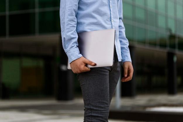 Gros plan, garçon, tenue, ordinateur portable, dehors