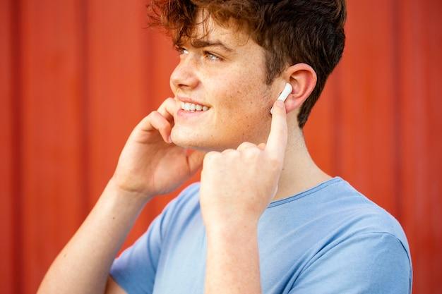 Gros plan, garçon, utilisation, écouteurs