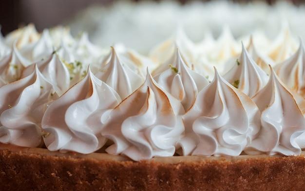 Gros plan de la garniture blanche d'un gâteau
