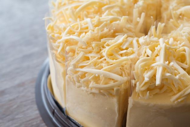 Gros plan de gâteau au fromage sur fond de bureau en bois