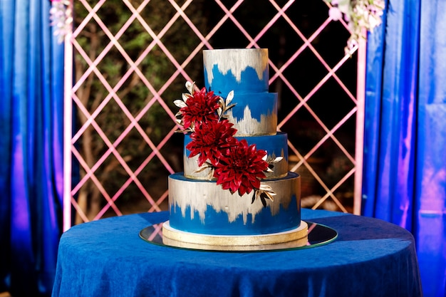 Gros plan de gâteau de mariage blanc avec des fleurs. gros gâteau de mariage. tendances déco. cérémonie de mariage.