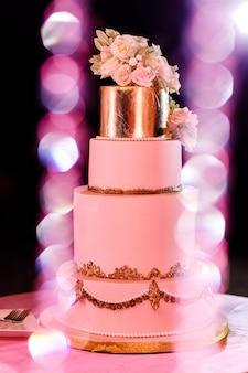 Gros plan d'un gâteau de mariage blanc avec des fleurs