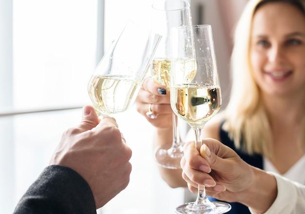 Gros plan, gens, accrocher, verres vin