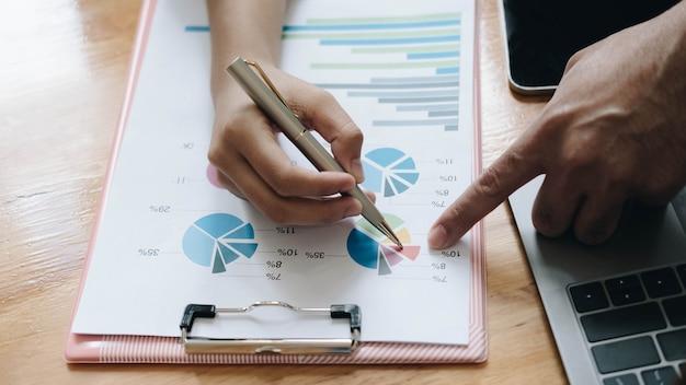 Gros plan des gens d'affaires réunis pour discuter de la situation sur le marché. concept financier d'entreprise