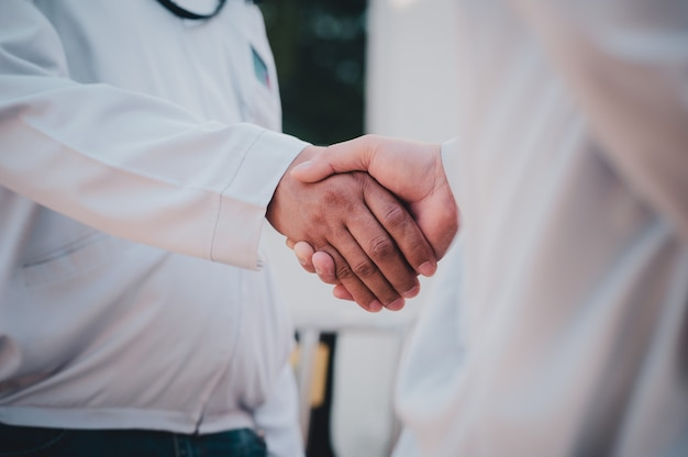 Gros plan des gens d'affaires se serrent la main