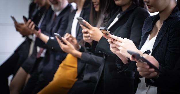 Gros plan des gens d'affaires utilisant un smartphone. concept d'affaires et de la technologie