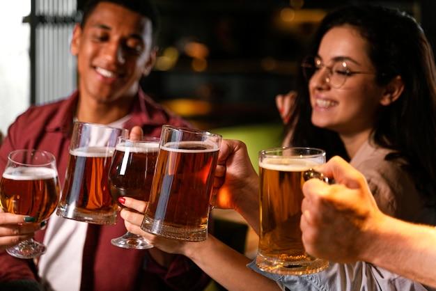 Gros plan, gens, à, bière
