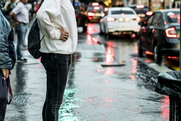 Gros plan des gens qui marchent dans la rue pendant la forte pluie