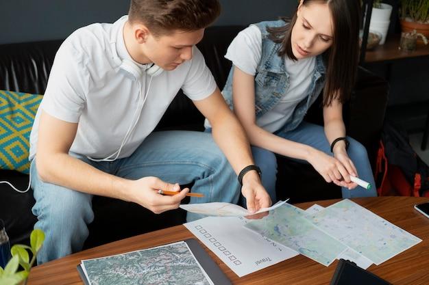 Gros plan sur les gens qui planifient un voyage ensemble