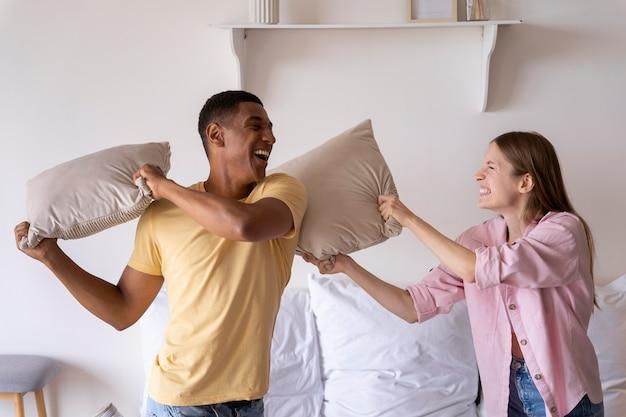 Gros plan sur les gens qui rendent leur maison confortable