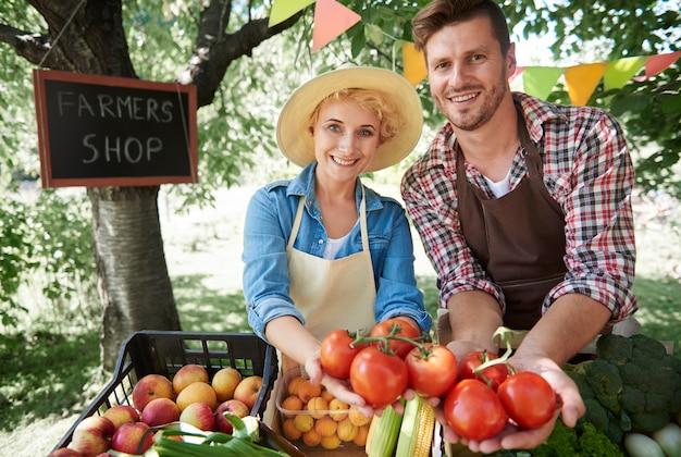 Gros plan sur les gens qui vendent des récoltes de leur jardin