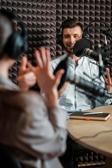 Gros plan des gens à la radio